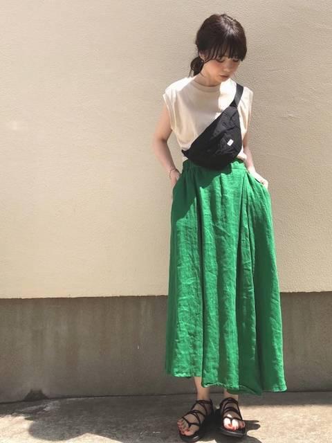ベージュカットソー×ビビットカラースカートでおしゃれなレディースコーデ
