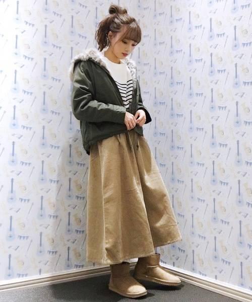 モッズコートとベージュスカートでふんわり可愛いコーデ