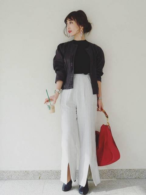 オトナ女子のモノトーンコーデ×赤いトートバッグ