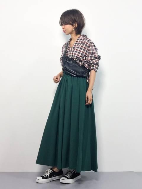 ネルシャツと緑スカートのコーデ