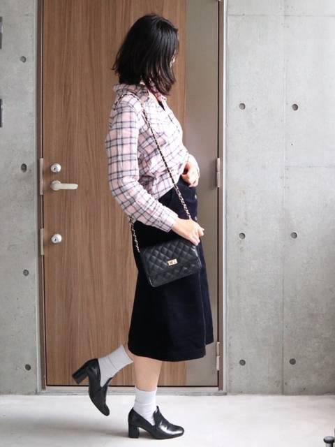 ネルシャツと黒スカートのコーデ