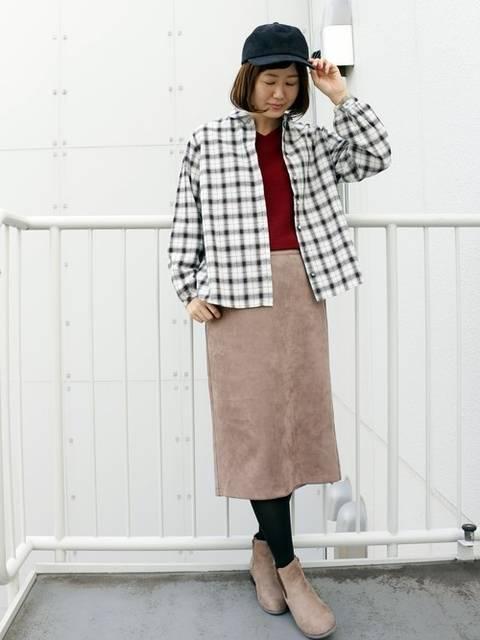 ネルシャツとベージュタイトスカートのコーデ