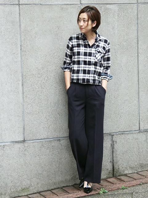 ネルシャツと黒ワイドパンツのコーデ