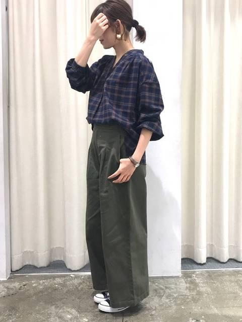 ネルシャツとカーキワイドパンツのコーデ