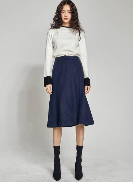 ネイビー(紺色)ウール混フロントスリットスカートコーデ