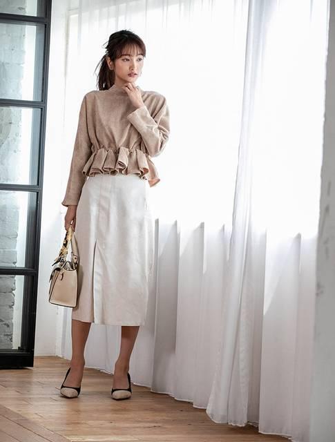 ベージュトップス×白色スカートの定番色コーデ