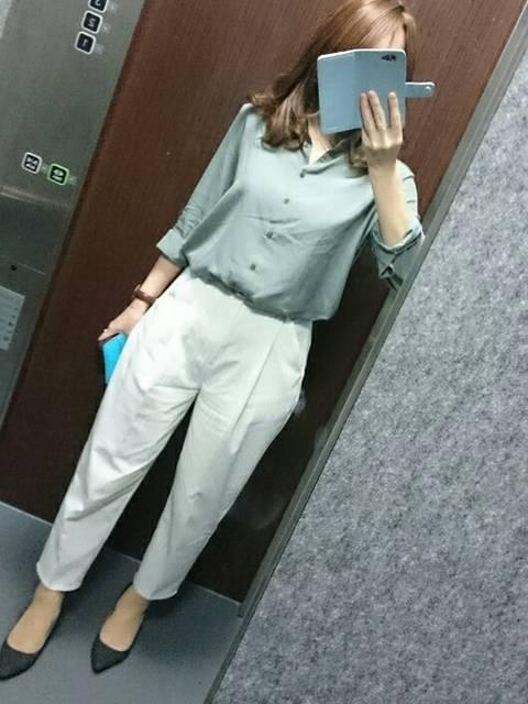 白のパンツとグリーン系シャツを使った春夏のオフィスカジュアルコーデ