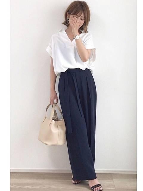 黒のパンツと白のシャツを使った春夏のオフィスカジュアルデ