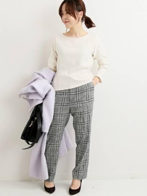 グレーのチェック柄パンツに白のシャツを合わせた秋冬のオフィスカジュアルコーデ