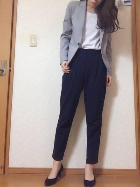 ネイビーのパンツと白いシャツにグレーのジャケットを合わせた秋冬のオフィスカジュアルコーデ