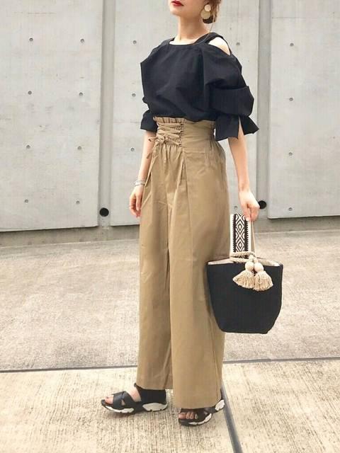 夏のレディース黒シャツコーデ:UNITED TOKYOオフショルTOP