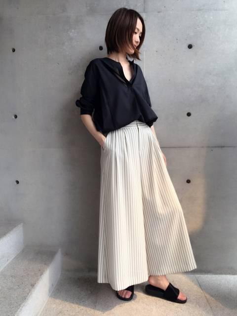 夏のレディース黒シャツコーデ:aquagirlスキッパーシャツ