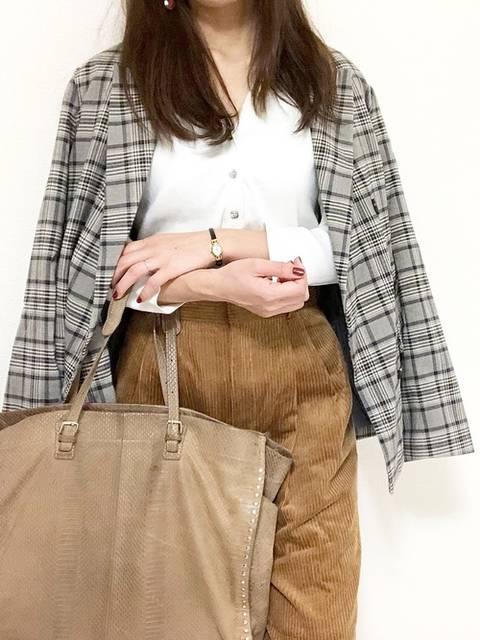 ブラウンのパンツと白いシャツを合わせた秋冬のオフィスカジュアルコーデ