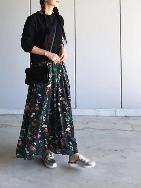 fitflopのスリッポンと花柄のマキシスカート