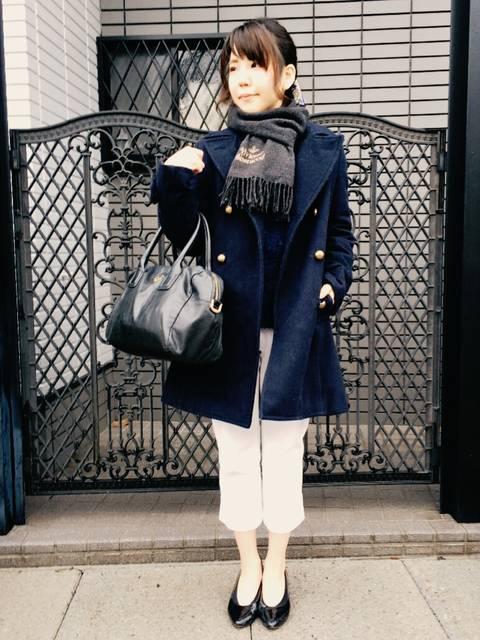 50年代ファッション風の白サブリナパンツ冬の着こなし