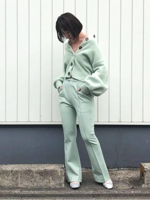 SNIDELスキニーシルエットパンツの50年代ファッション風冬の着こなし