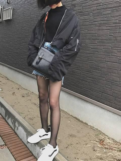 デニムスカートと黒ストッキングのコーデ