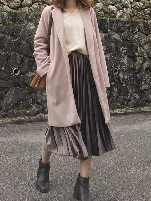 スモーキーピンクのコートのコーデ