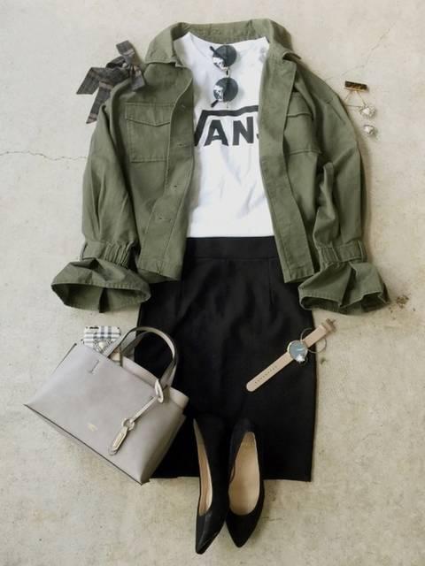 カーキブルゾン✖黒タイトスカート