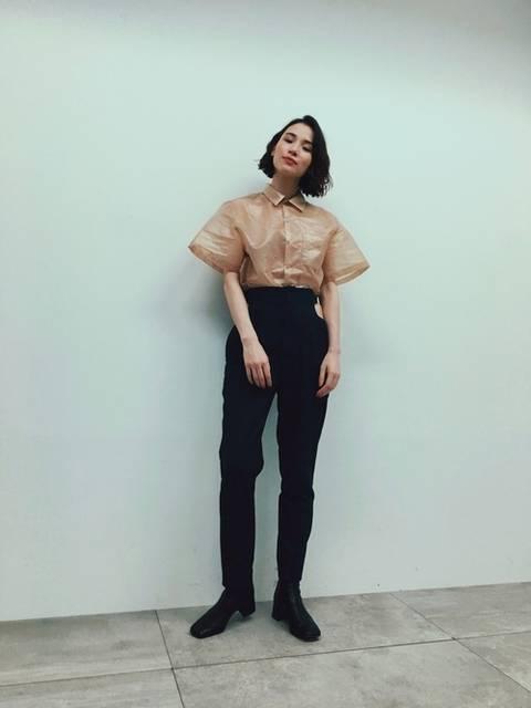ベージュシャツのコーデ