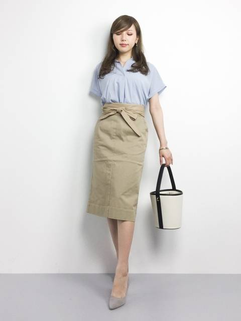 水色ブラウス×ベージュタイトスカート