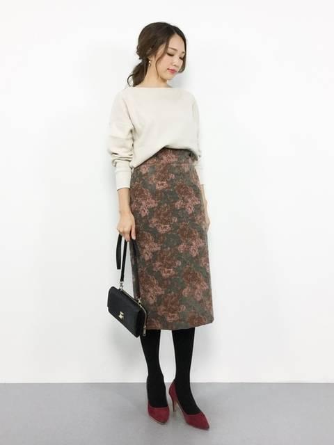 白プルオーバー×ブラウン花柄タイトスカート