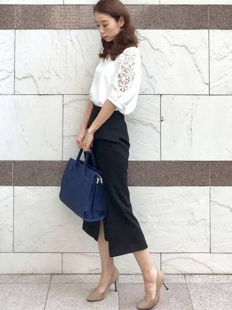 白ブラウス×黒タイトスカート