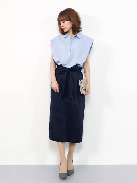 水色シャツ×紺タイトスカート