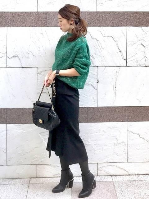 グリーンニット×黒タイトスカート