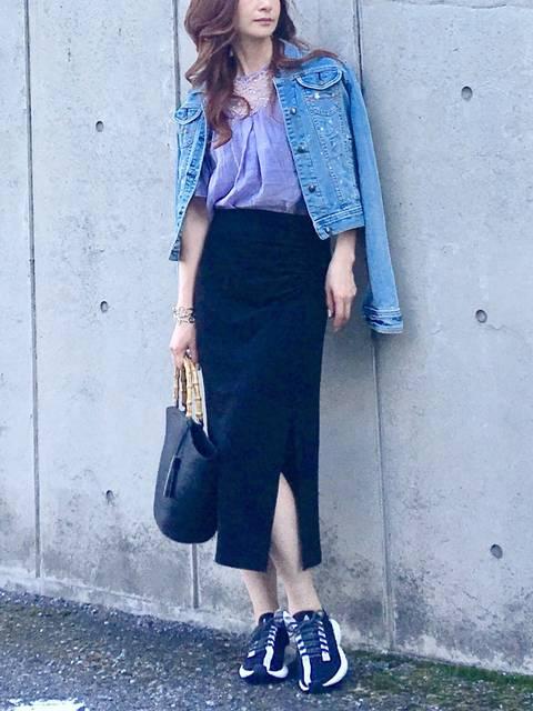 同系色のタイトスカートとスニーカーコーデ