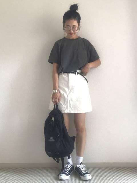 ミニタイトスカートとスニーカーのおしゃれコーデ