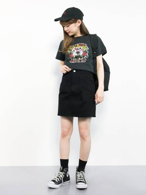 Tシャツとミニタイトスカートのスニーカーコーデ