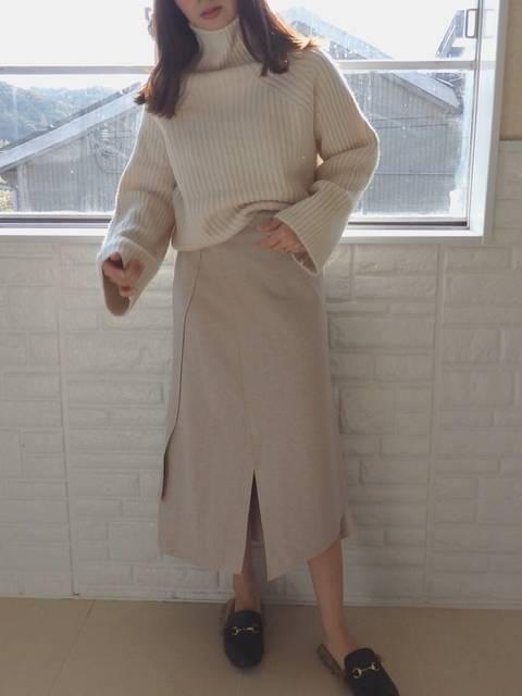 白ニット×白タイトスカート