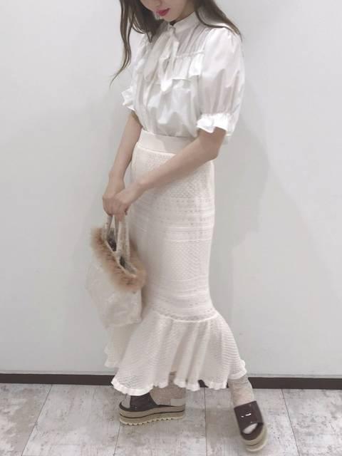 白ブラウス×白透かし編みタイトスカート