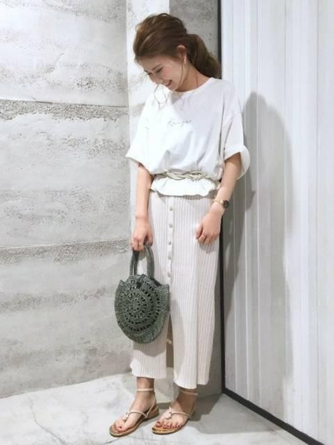 白Tシャツ×白ニットタイトスカート