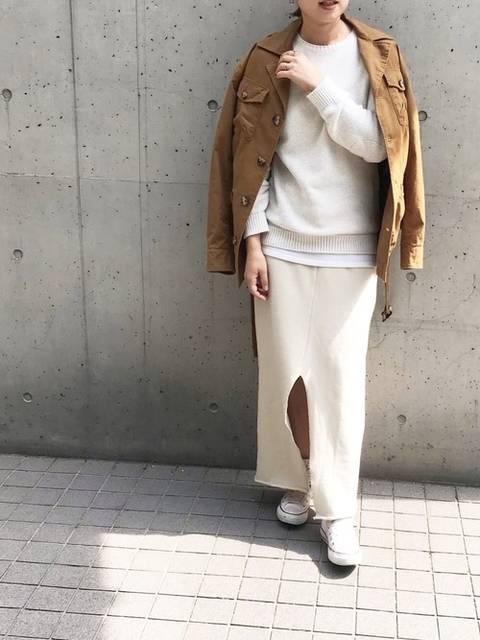 白ニット×白タイトスカート×ブラウンジャケット