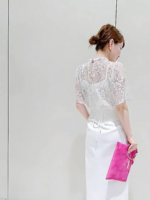 白レースブラウス×白タイトスカート