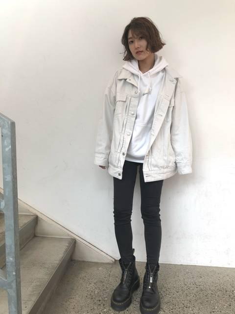 ホワイトデニムジャケットと白パーカーコーデ