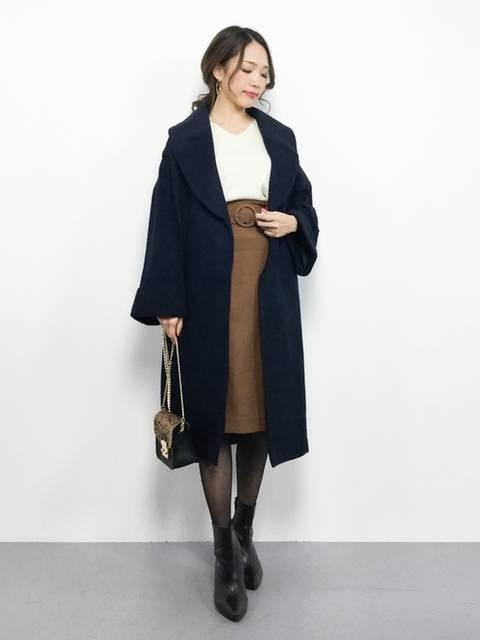 白ブラウス×ブラウンタイトスカート×黒コート