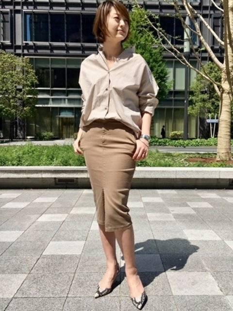 ブラウンタイトスカート×ベージュシャツ