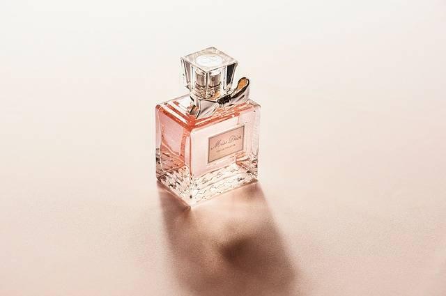 ピンク色の香水瓶