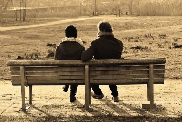ベンチとカップル