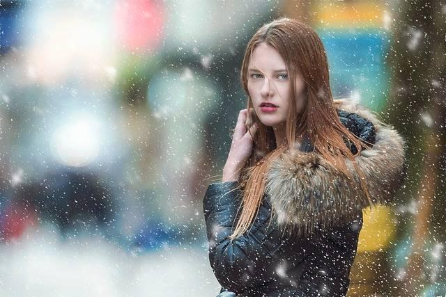雪の中の女性