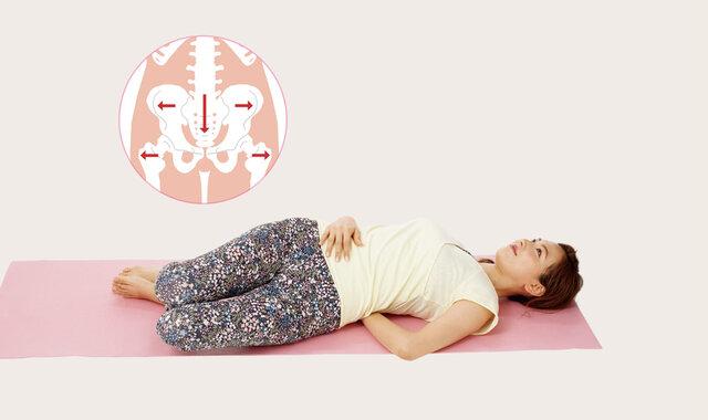 股関節の歪みが原因?くびれを作る「寝る前1分ひざ倒し」
