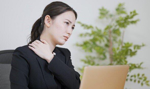 首のこりと痛みを、その場でできるセルフケアで改善 理学療法士が解説