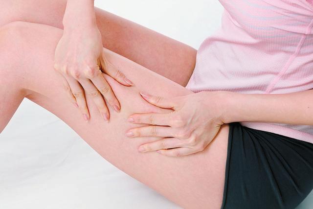 表面だけつかむのは×。脂肪の下の筋肉からつかむ意識で。