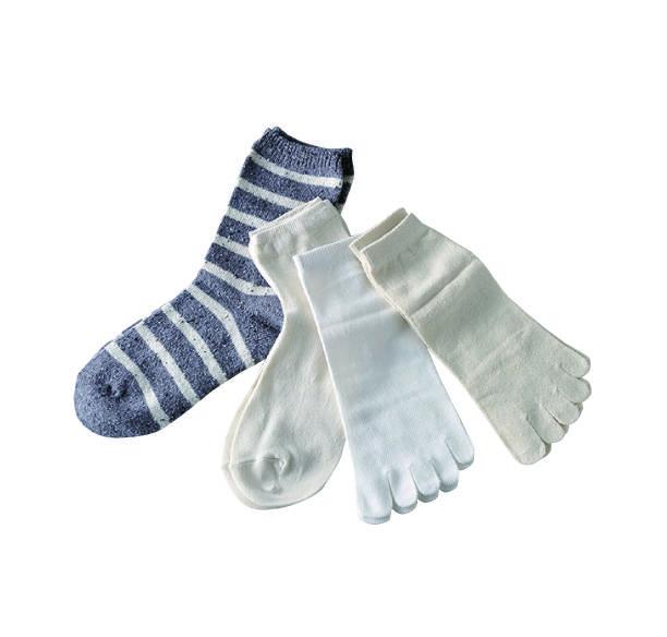 絹の5本指、綿の5本指、絹の先丸、綿の先丸の靴下を重ね...