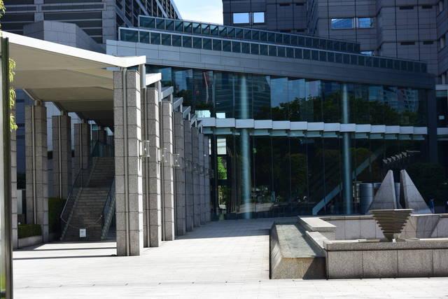 建物正面左端のにある入口から入る
