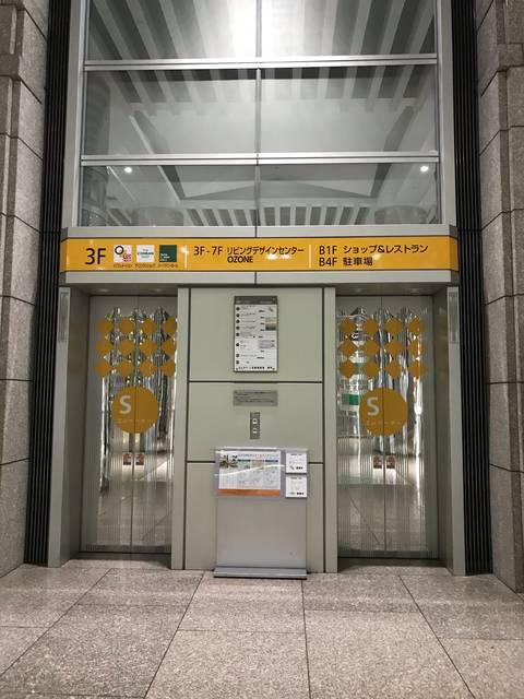 エレベーターで3階まで上がる
