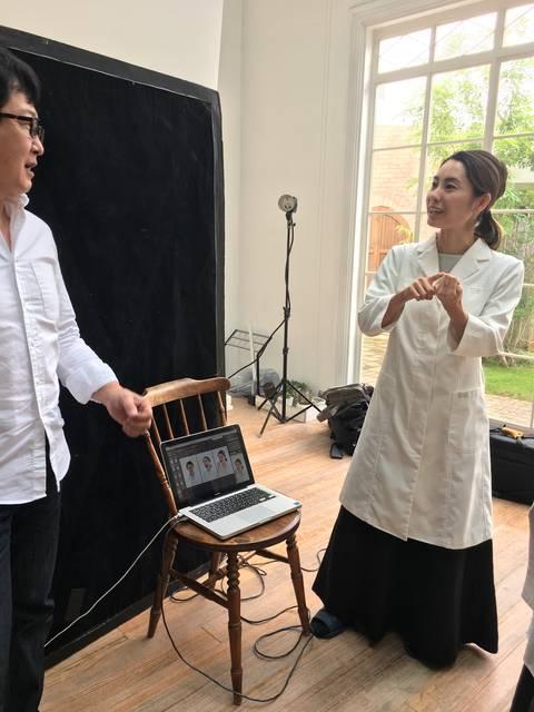 カメラマンさんも小川先生の話に興味津々。